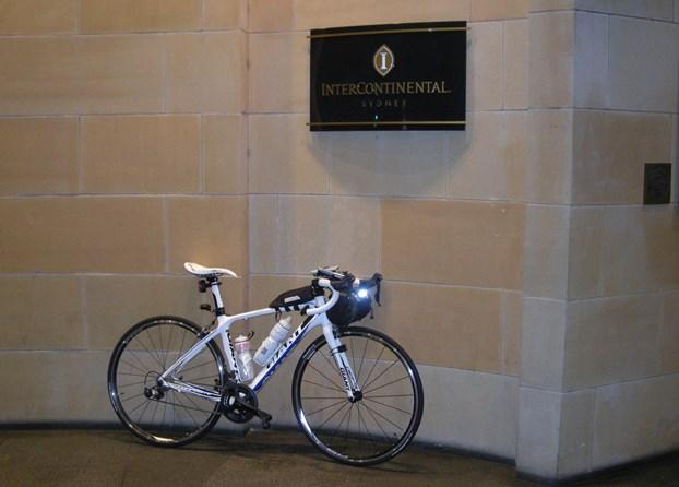 インターコンチ玄関前にロードバイク