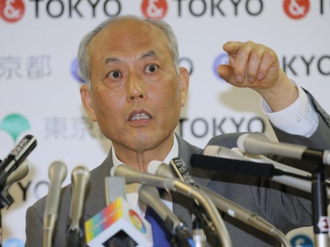 定例記者会見で、質問のために挙手する記者を指さす舛添要一・東京都知事