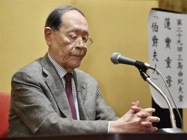 三島由紀夫賞の受賞記者会見で不機嫌そうな表情の蓮実重彦さん