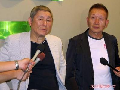 会見を行うビートたけし(左)