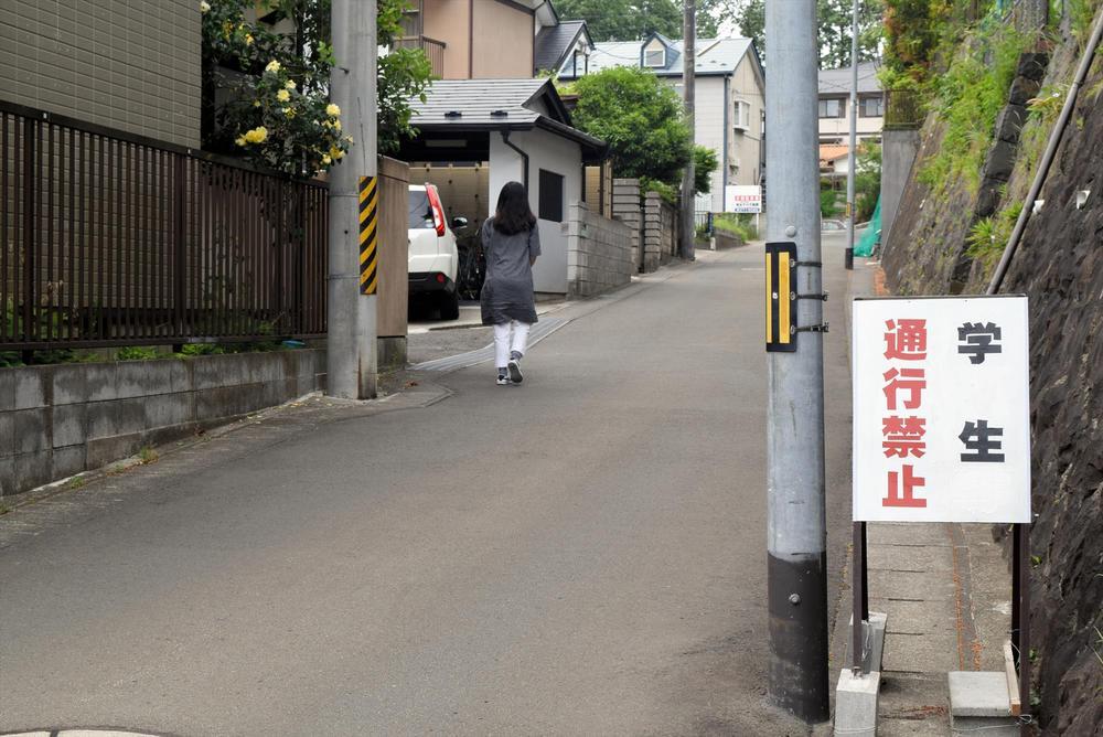 「学生通行禁止」の看板が複数置かれている住宅街