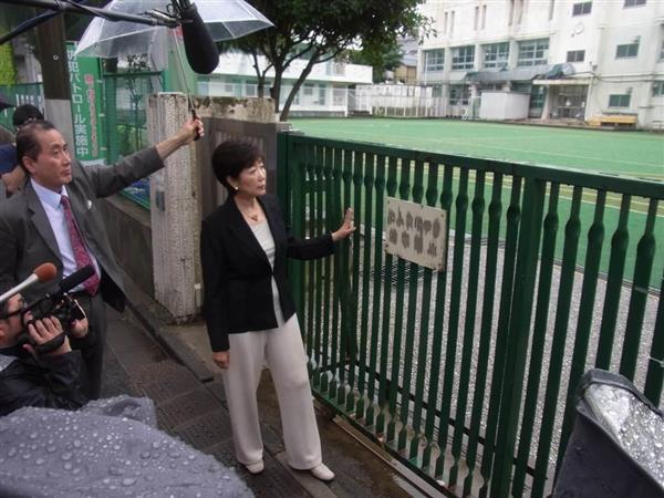 韓国人学校の増設予定地となった都有地を眺める小池百合子氏