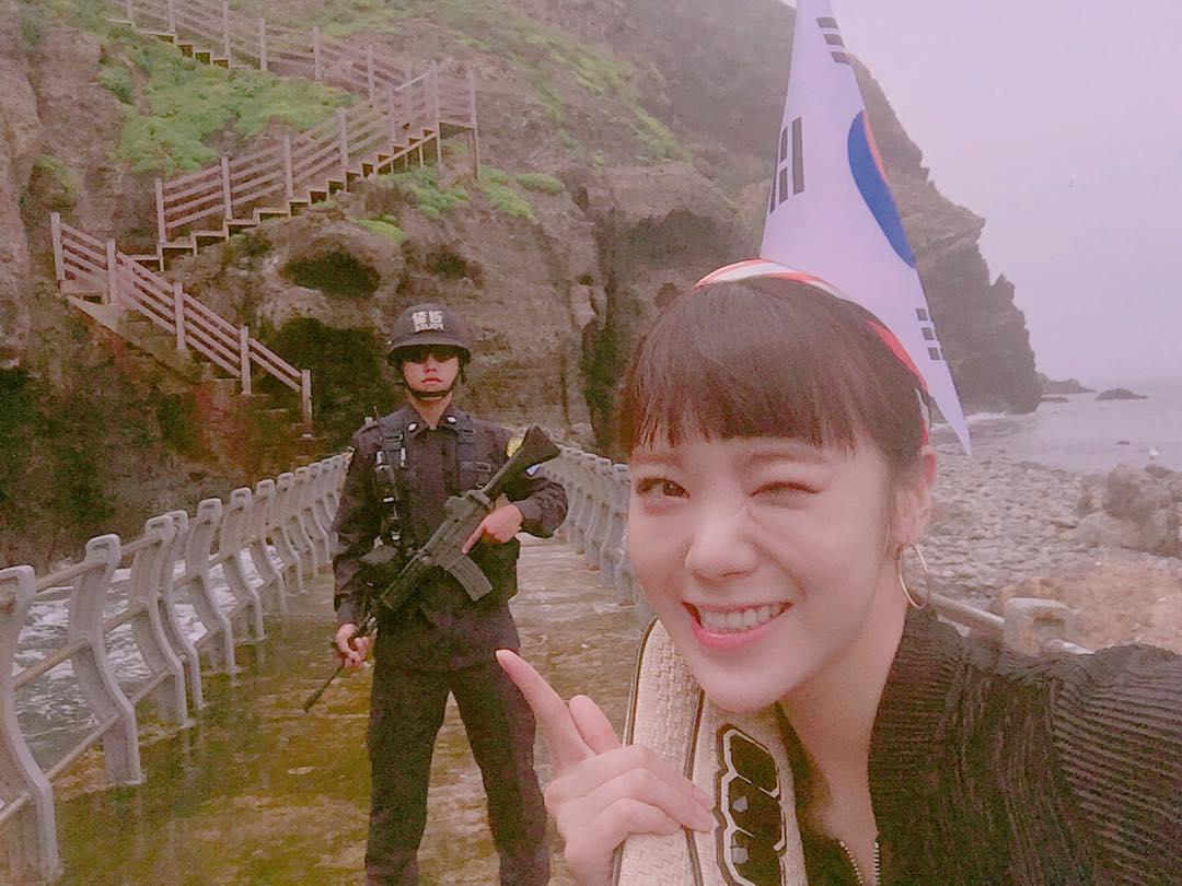 頭に韓国国旗を刺したK-POOPアイドル「AFTERSCHOOL」メンバー、竹島に不法上陸し画像を投稿 … 日本でも活動していたグループのメンバーとあって大きな波紋(画像)