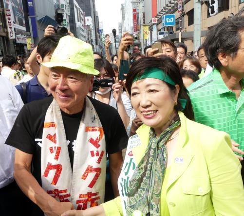 小池百合子氏とマック赤坂氏、街頭演説場かぶり交渉 最後は小池氏を激励し、2人で握手