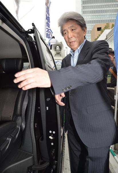 街頭演説を終え車に乗り込む鳥越俊太郎