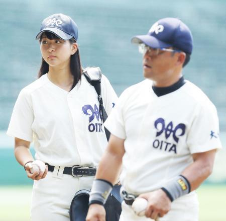 甲子園練習でノッカーのボールを渡す女子マネジャーの首藤桃奈さん