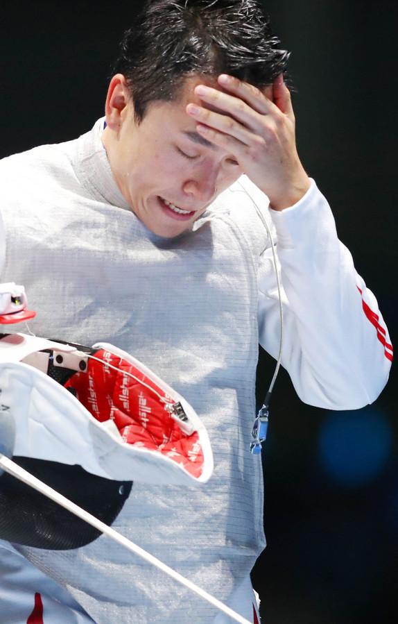 フェンシング男子フルーレで初戦敗退し、頭を抱える太田雄貴