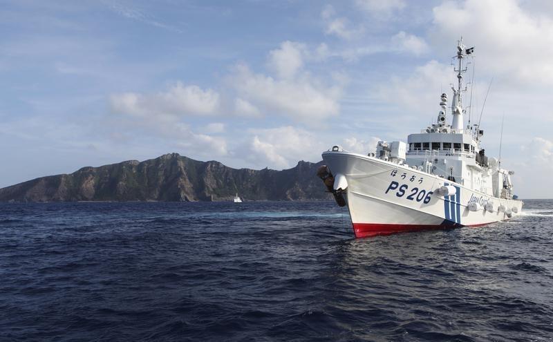尖閣諸島近辺を航行する海保の警備船