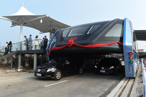 中国の道路をまたぐバス 不法投資資金を集めるための詐欺だったことが発覚