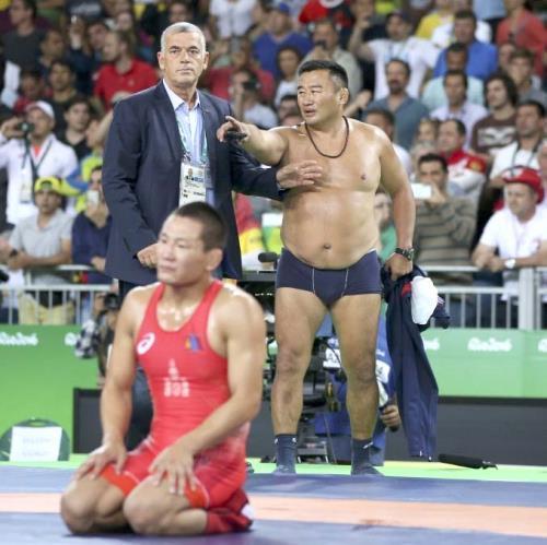 パンツ一丁になり抗議するモンゴルのコーチと、銅メダルを逃しぼう然とするガンゾリグマンダフナラン