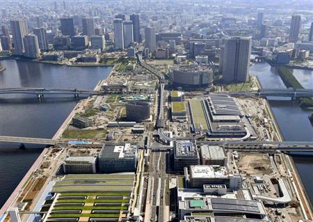 建設中の豊洲新市場(手前)。その背後にセレブな高級タワーマンションがそびえる