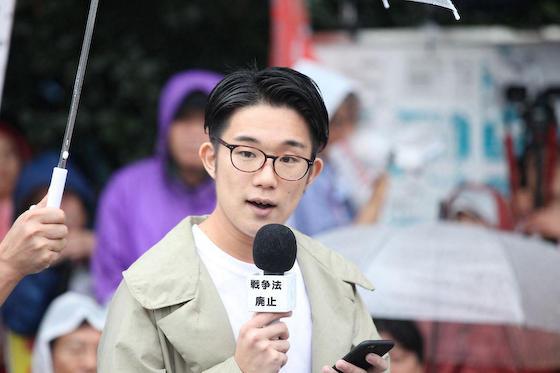 成立から丸1年、国会前で行われた大規模抗議集会で登壇し「嘆くのは早過ぎる!一度だって諦めたことはない」と話す元SEALDsの林田光弘さん