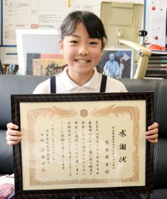 迷子を保護し、感謝状を受け取った熊本眞子さん