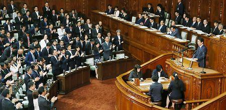 衆院本会議で所信表明演説をする安倍晋三首相(右)