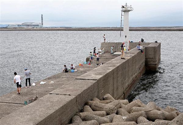 堤防で釣り人2人が相次いで海に突き落とされた事件、12~13歳の男子中学生4人を補導 … 近所のコンビニ防犯カメラから浮上、「びっくりする顔や溺れる顔を見て楽しもうと思った」と供述