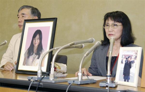 亡くなった高橋まつりさんの労災認定について記者会見する母の幸美さん(右)と川人博弁護士