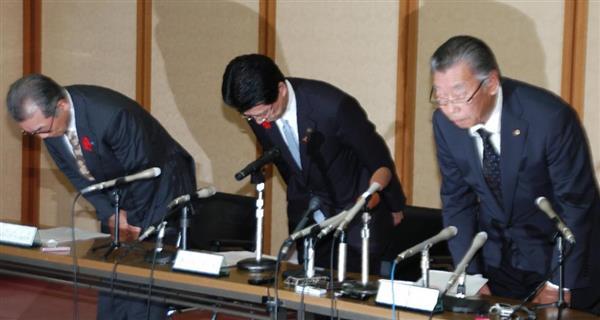 一連の問題で混乱を招いたことを謝罪する高樋憲市長(中央)と写真コンテスト関係者
