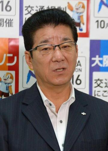 当庁時に記者団の取材に応じた松井一郎大阪府知事