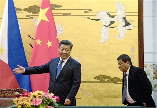 フィリピンのドゥテルテ大統領(右)と中国の習近平国家主席