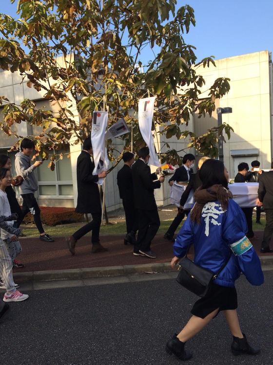 多摩美大で「佐野研二郎」さんの葬式ごっこ