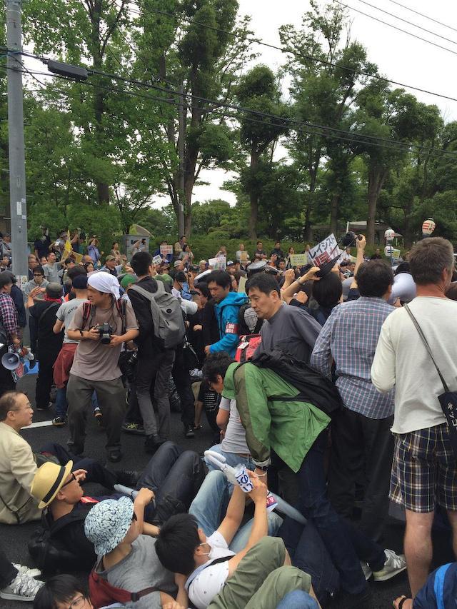 許可されたデモに対し、道路へ座り込んで妨害して言論弾圧する民進党有田議員