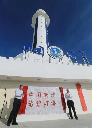 フィリピンなどが抗議する中、南シナ海の南沙諸島にあるスービ礁で中国交通運輸省が建設した灯台