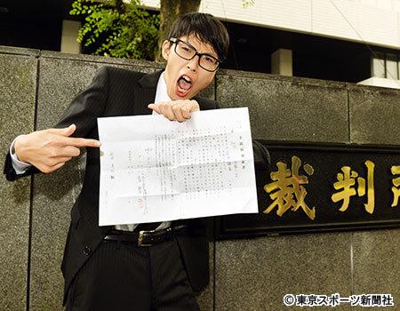 """裁判所の前で""""借用書""""を手に激白する元りあるキッズ・安田"""