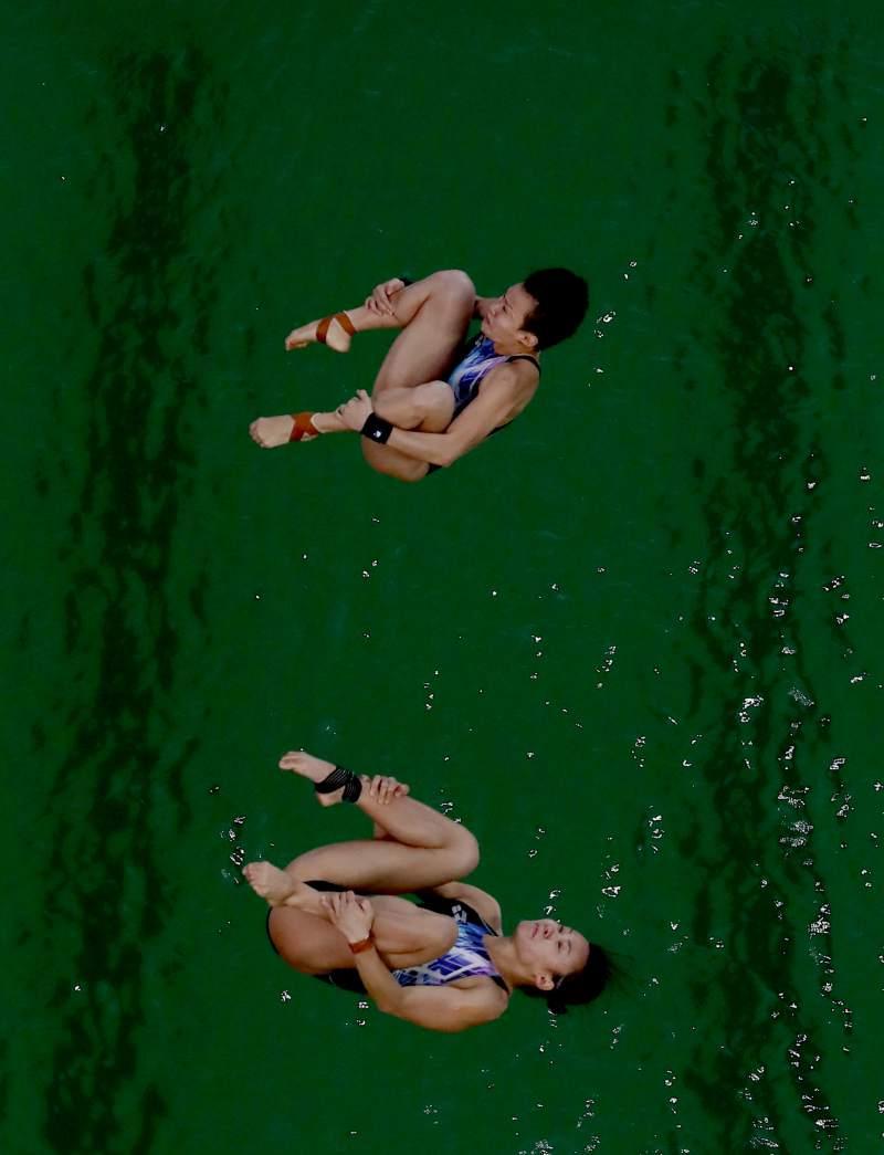 オリンピック飛び込み会場のプールの水の色が、突然、水色から緑色に、原因も不明