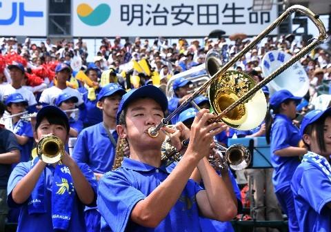 スタンドから演奏でナインを応援する秀岳館吹奏楽部の部員ら