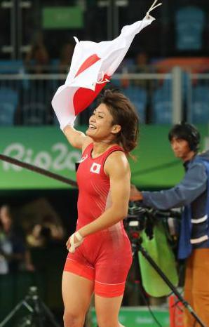 レスリング女子58キロ級決勝、伊調馨(32)が3-2でワレリア・コブロワゾロボワを大逆転で破り金メダル獲得 … 個人女子の4大会連続金メダルは五輪史上初