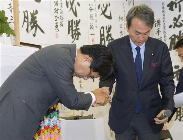 東京都知事選で落選が決まり、自民党都連の石原伸晃会長(右)に頭を下げる増田寛也氏