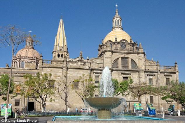 300年前に埋葬された子供の聖人の遺体が瞬きをしたと騒然 メキシコ