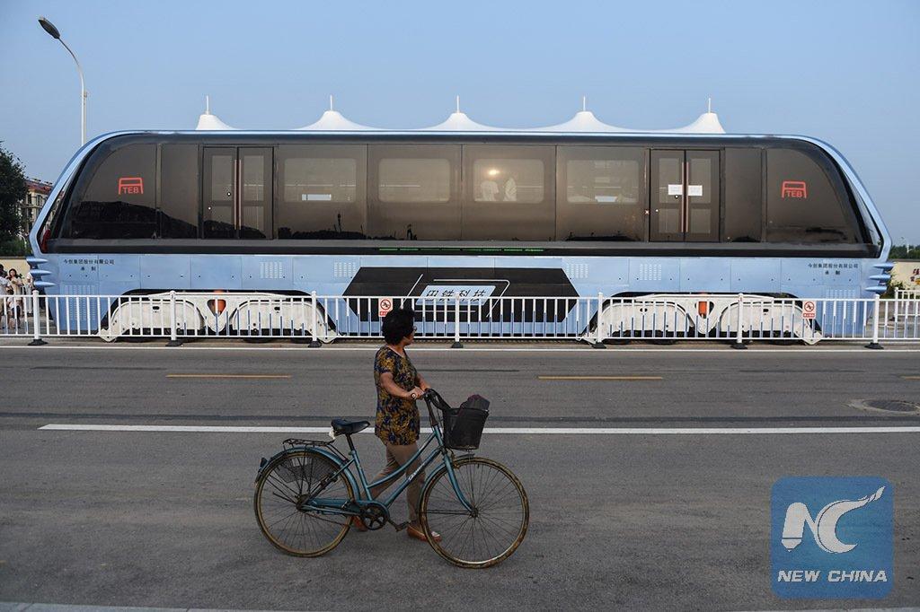 中国、一般道路の上をまたいで走行する次世代バスが完成・河北省で実用試験に移行へ