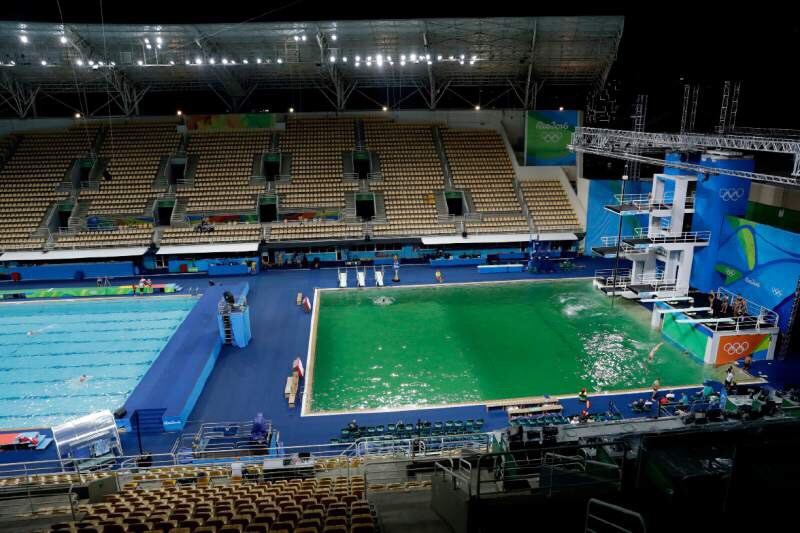 緑色に変色したように見える飛びこみのプール(右)。左のプールは水色のままだ