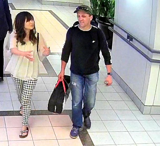 カナダ警察が公開した、バンクーバー市内で古川夏好さん(左)と男性が並んで歩く画像