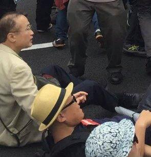 民進党の有田芳生は道路に座り込む過激な妨害行動