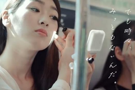 電車での化粧「みっともない」と女性バッサリ 東急電鉄マナー向上広告に批判殺到