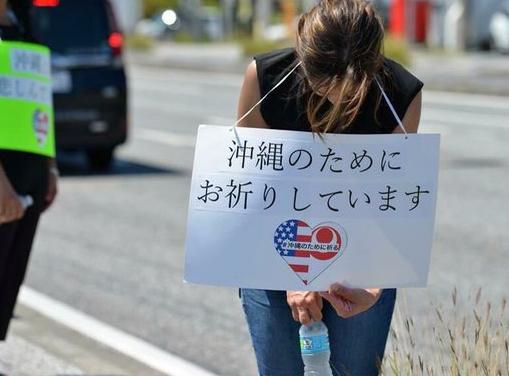 沖縄在住のアメリカ人、沿道に立ちプラカードを掲げ贖罪