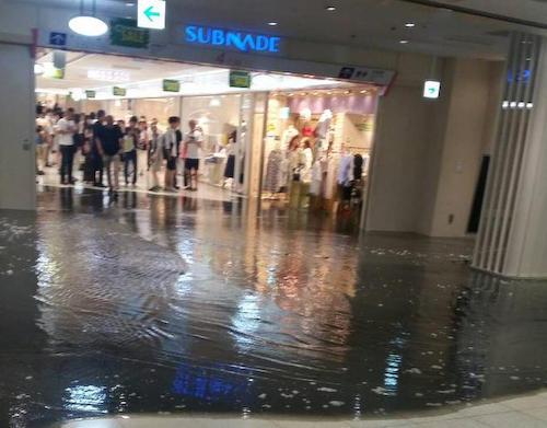 新宿駅の地下で黒い水が溢れてパニック
