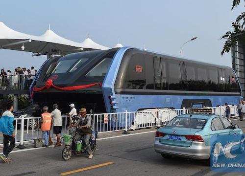 中国、一般道路の上をまたいで走行する次世代バスが完成