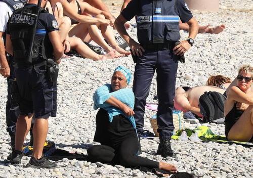 フランスのビーチで「ブルキニ」を着ていた女性が、警官に強制的に脱がされる