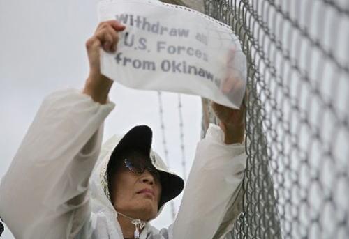 琉球新報社説「沖縄関係予算が3210億円に減額された。翁長知事になって2年度連続の減額、基地問題を絡めず沖縄振興支援をするべきだ」「安倍政権は沖縄を『日本経済活性化の牽引力』と位置付けていた。政府方針に政府自ら背いてはならない」