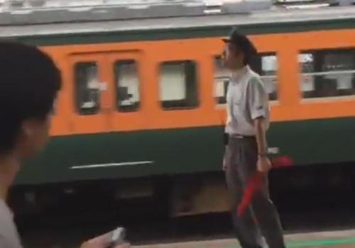 駅員が鉄オタに「ルール守れないならやめてくれよ!」と激怒! ホームに三脚を持ち込み2分間の遅延発生