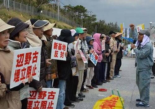 琉球新報「数の多さではなく優れた意見を大切にするのが民主主義。数の論理で少数意見排除するのは異常」