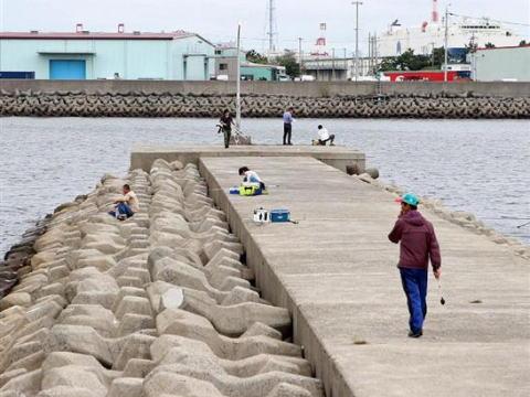 「溺れる顔見たかった」釣り人海に突き落とし、12~13歳の男子中学生4人補導 大阪府警
