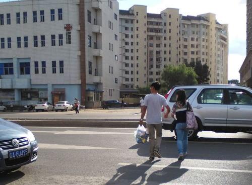 道路を横断中の歩行者にクラクションを鳴らし、「歩行者優先だ」と言った男性を殴った男を逮捕。船橋市