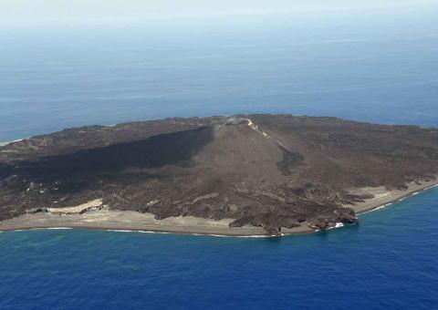西之島、噴火後初の上陸調査 16日から