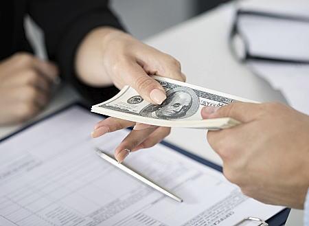 返済不要の給付型奨学金、高校時の成績が5段階評定で平均4以上であることを条件に、月3万円を給付する方向で調整