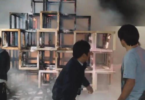 神宮外苑の催しでおがくずをつめた木製ジャングルジムが燃える 5歳男児死亡、2人負傷