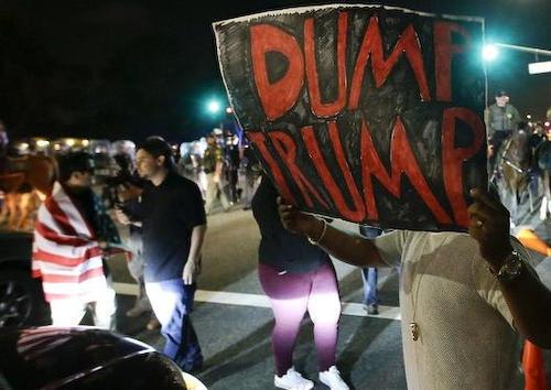 全米で反トランプの抗議 一部暴徒化、ガラス割り国旗燃やす